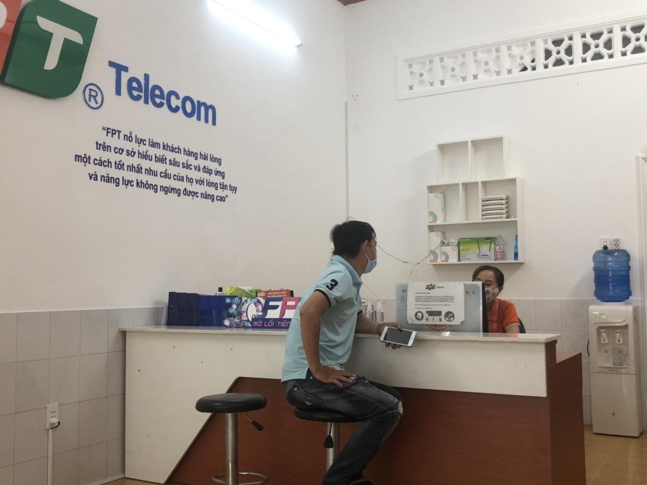 khách hàng giaop dịch tại fpt telecom cần giuộc